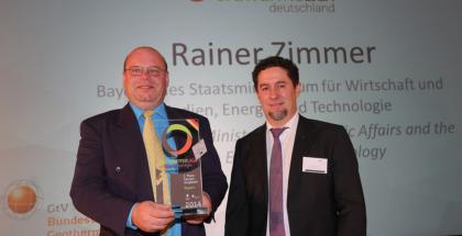 Annahme des Preises : Rainer Zimmer, Bayerisches Staatsministerium für Wirtschaft und Medien, Energie und Technologie erhält den Preis von Rüdiger Grimm (Erdwärmeliga) - Quelle GtV Bundesverband Geothermie